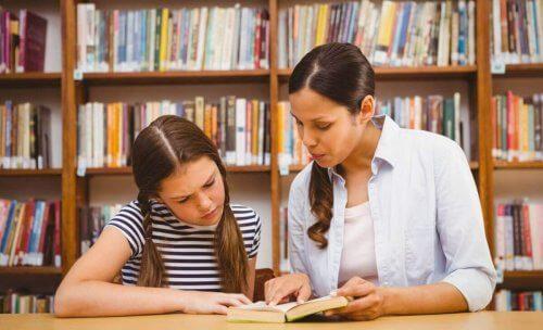 kütüphanede anne ve kız