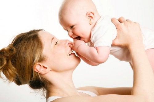 annesine gülen bebek