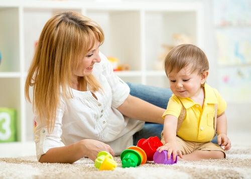 renkli oyuncaklarla oynayan bebek
