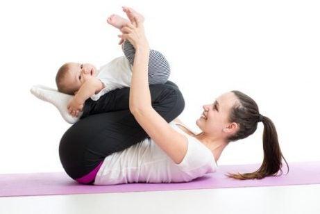 bebeğiyle spor yapan anne
