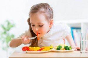 sağlıklı beslenen çocuk
