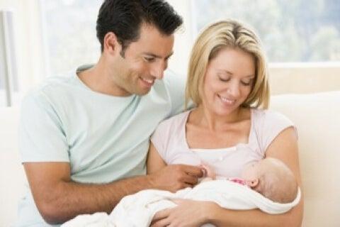 yeni anne baba ve bebekleri