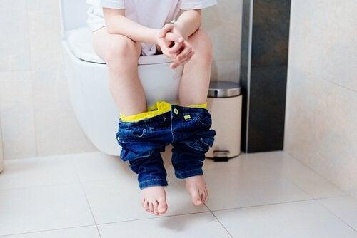 tuvaletini yapan çocuk