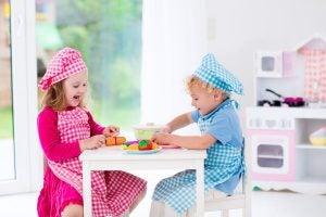 çocuklar yemek pişirme oyunu oynuyor