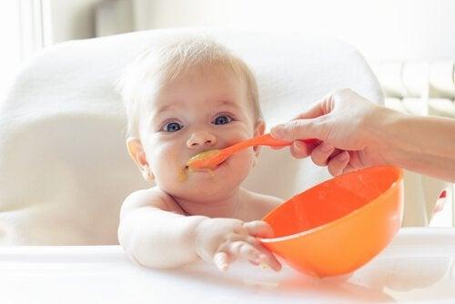 bebeğinizin katı gıdalar ile beslenmesi