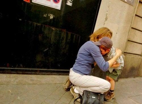 annesine sarılıp ağlayan çocuk
