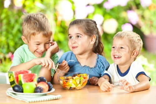 sağlıklı atıştırmalık yiyen çocuklar