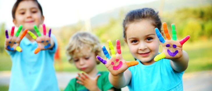 çocuklar ve parmak boyası