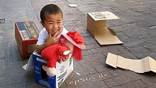 kutuda oturan çocuk