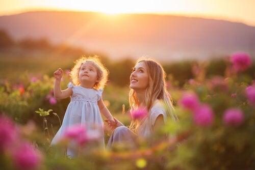 anne kız çiçekler