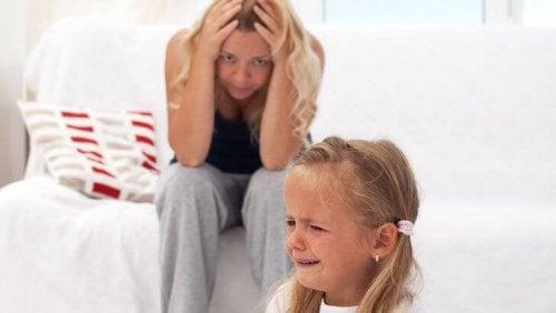 ağlayan çocuk kızgın anne