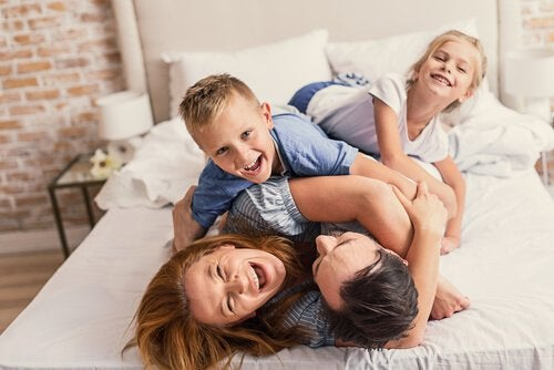 sarılan mutlu aile
