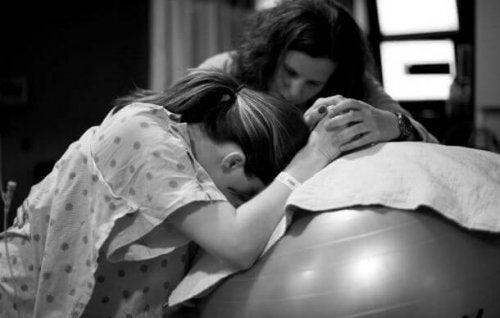 Anneye yardım eden kadın