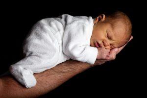babasının elinde uyuyan bebek