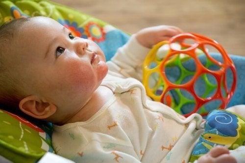 Oyuncakları ile bebek