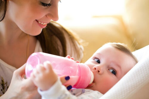 bebek biberon ve anne