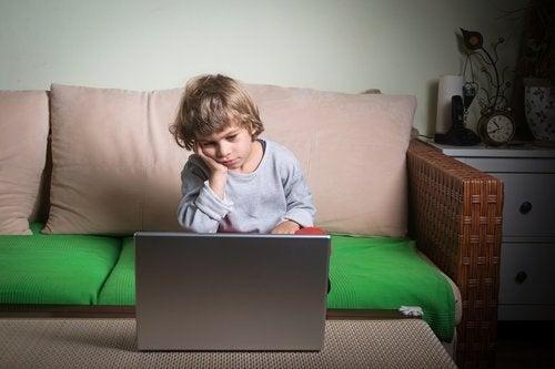 bilgisayarda sıkılan çocuk