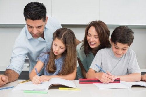 birlikte ödev yapan aile