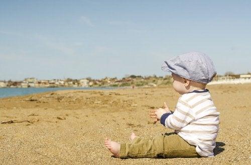 kumsalda oturan bebek