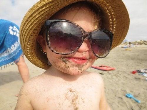 güneş gözlüğü takmış bebek