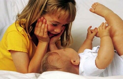 İkinci Çocuğunuzun Kendini Daha Önemsiz Hissetmemesi İçin Neler Yapmalısınız?