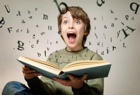 hikaye okuyan çocuk