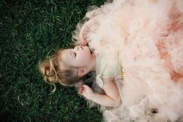 Çimde yatan kız çocuk