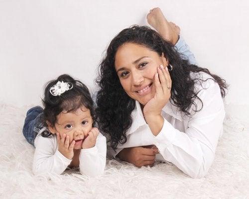 kıvırcık siyah saçlı anne ve kızı