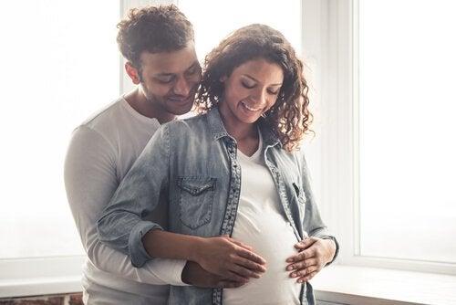 mutlu hamile çift