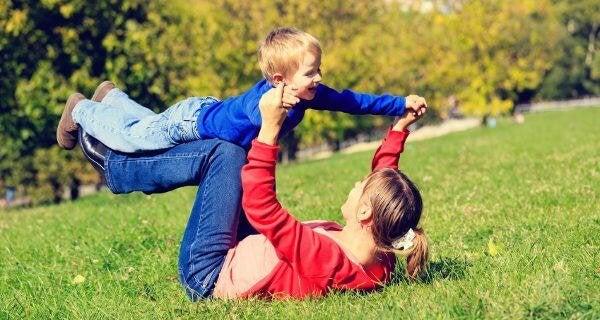 oğluyla uçak oynayan anne