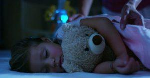 oyuncak ayısıyla uyuyan kız