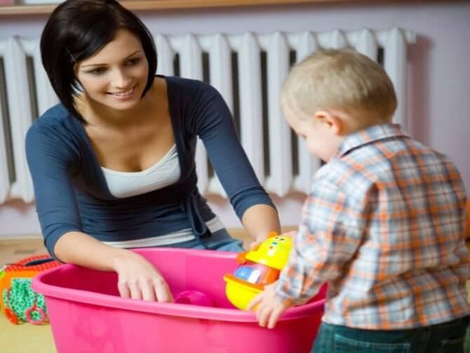 annesine yardım eden çocuk