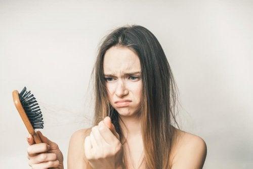 saçı dökülen kadın
