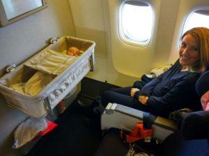 Uçak seyahati yapan bebek
