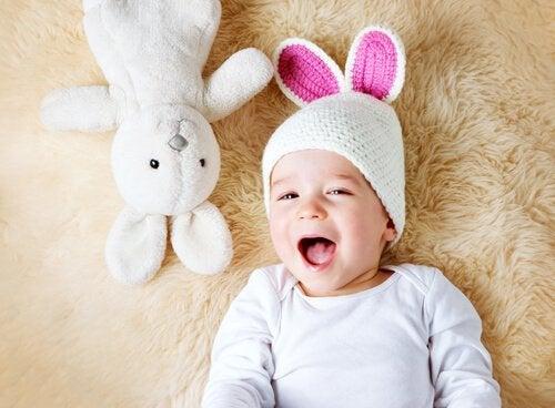 uykulu çocuk ve tavşan