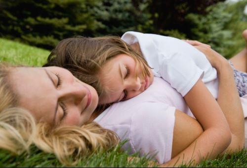 uyuyan anne kız