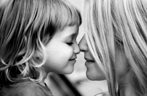 yavrusunu öpen anne