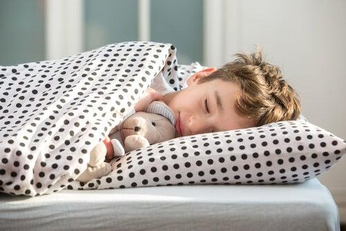 yorgun çocuk uyuyor