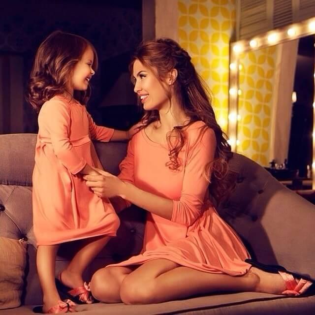 kızıyla ilgilenen anne