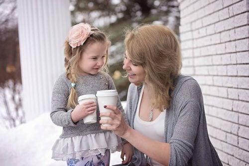 anne kız kahve içiyor