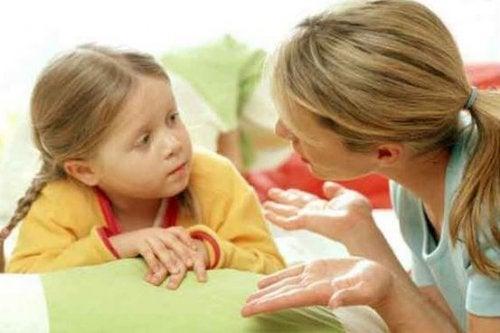anne ve kız konuşuyor