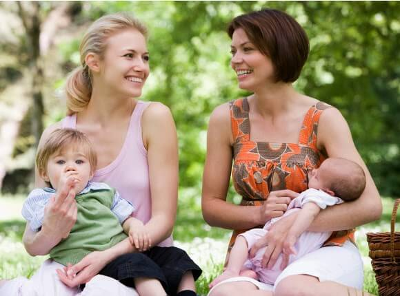 iki anne birlikte parkta