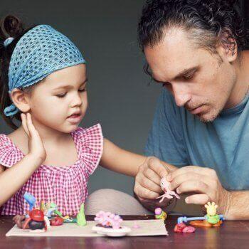 kızıyla oynayan baba