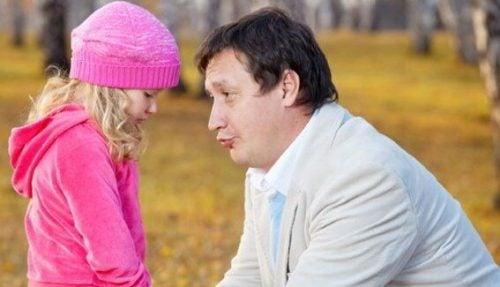 baba kız çocuğuyla konuşuyor