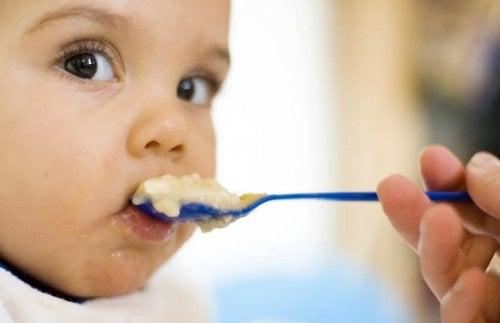 püre yiyen bebek