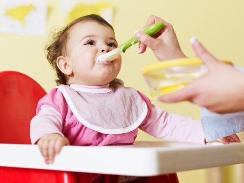 püre yedirilen bebek