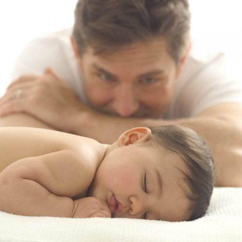 bebeği seyreden baba