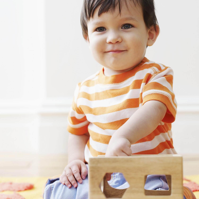 tek başına oynayan bebek