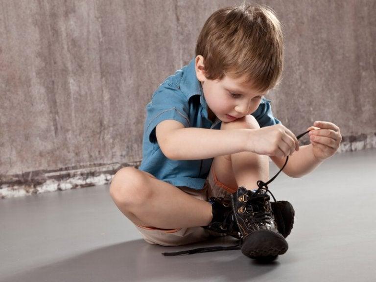 ayakkabı bağlamayı öğrenen çocuk