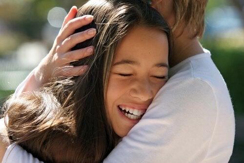 çocuğunuzu okşamanın faydaları
